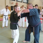 Hanshi Kevin Pell aus England zeigt Messertechniken