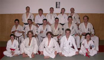 Abgekaempfte Karatekas nach der Pruefung