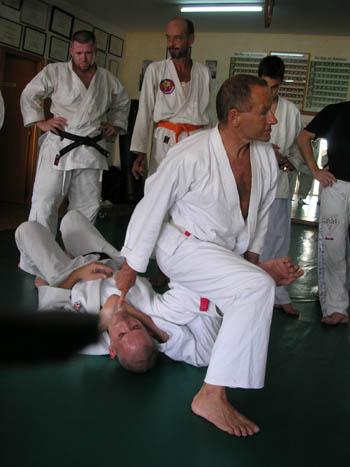 Charlie Lenz bei einer Fixiertechnik am Boden