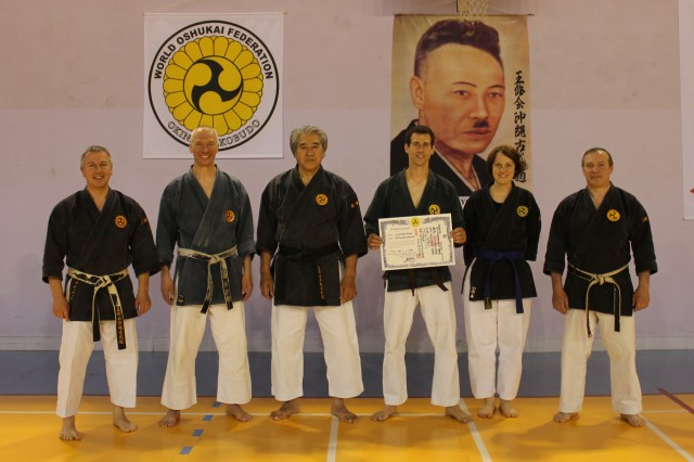 v l. n R. Didier 8.Dan, Franco 5. Dan, Meister K. Chinen 9. Dan, Flavio 1.Dan, Eliane 2.Kyu und Maurice 8. Dan World Oshukai Okinawa Kobudo