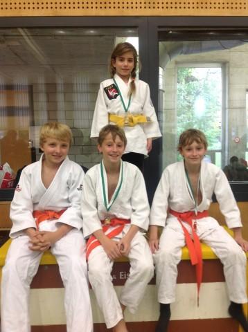 Die restlichen Medaillengewinner der BS Haru an der OSEM vlnr: Luca Realini, Enrico u. Marino Guler und hinten: Mercedes Ritter